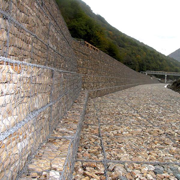Подпорная стена из габионов с армирующей панелью